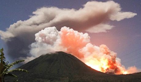 20 тысяч человек эвакуированы из-за извержения вулкана в Индонезии
