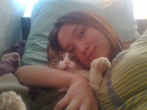 девушка с котом лежит милая
