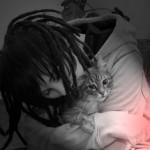 Кот облизывает лицо хозяина