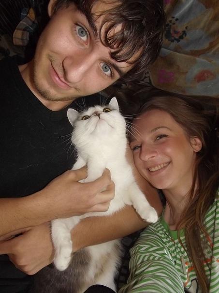 белый котенок на руках у парня и девушки