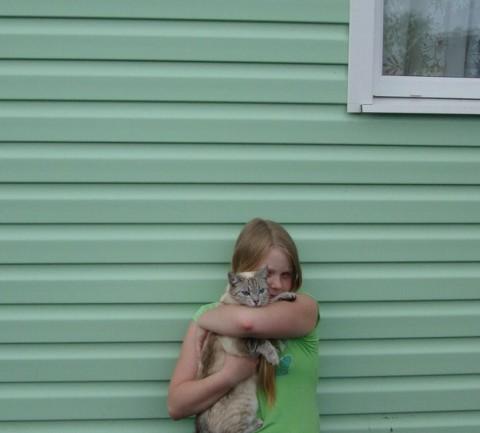 фото девочка обнимает кота