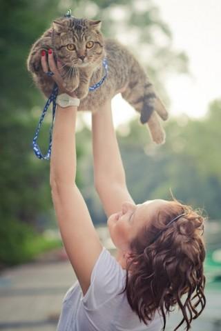 фото девочка держит на руках кошку пушистую
