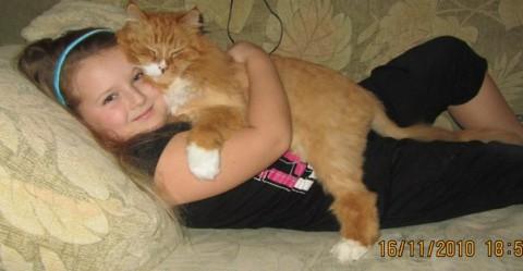 девочка в обнимку с котом рыжим